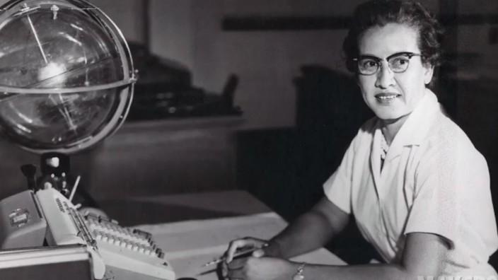 Nasa: War an der ersten bemannten Mondlandung beteiligt: die Mathematikerin Katherine Johnson, hier an ihrem Schreibtisch am Langley Research Center.