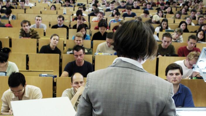Professorin bei einer Vorlesung im grossen Hoersaal an der TU Chemnitz 08 06 2004 Chemnitz Deutsc