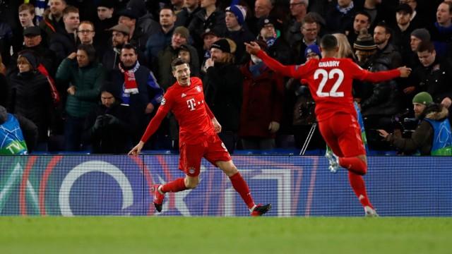 Champions League: Serge Gnabry und Robert Lewandowski bejubeln ein Tor gegen Chelsea