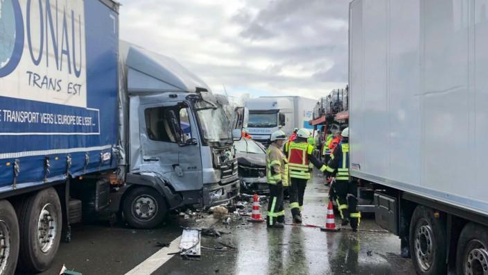 Unfall bei Altdorf in Mittelfranken: Massenkarambolage im Schneetreiben auf der A6
