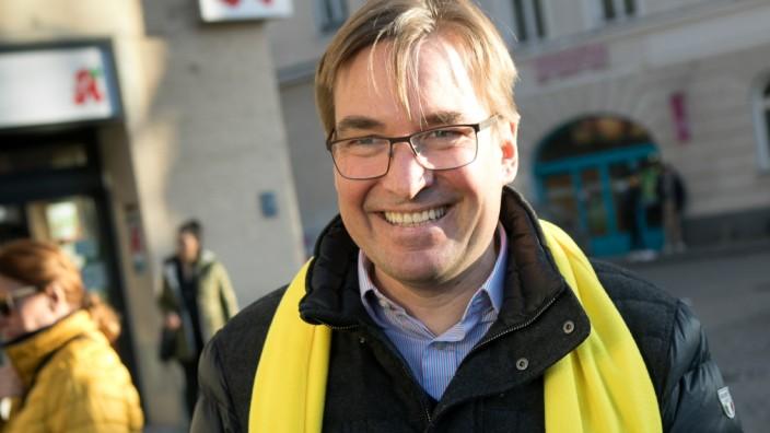 OB-Kandidat der FDP Jörg Hoffmann an einem Stand an der Münchner Freiheit