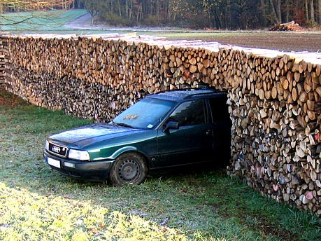Auto im Holzstapel