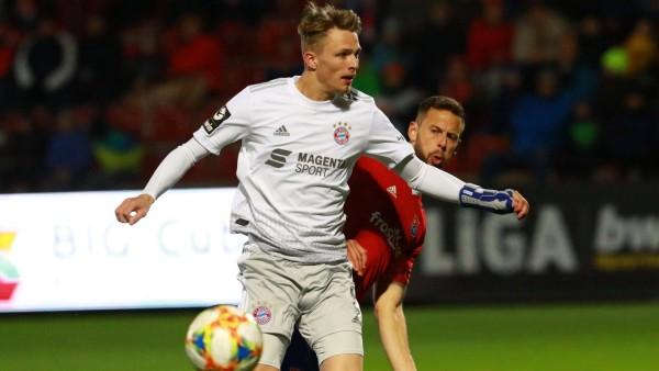 Jann-Fiete Arp (weiss) (FC Bayern II) gegen Marc Endres (rot) (SpVgg Unterhaching) / Fussball / 3. Liga / 28.02.2020 /