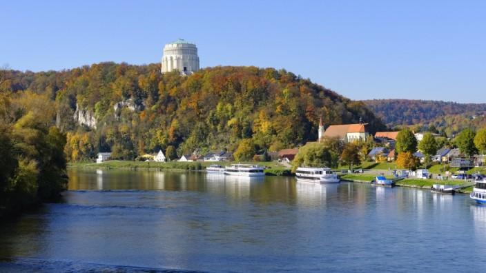 """Die Donau bei Kelheim und die Befreiungshalle: Hinter dem Prunkbau von König Ludwig I. erstrecken sich die Naturschutzgebiete """"Weltenburger Enge"""" und """"Hirschberg und Altmühlleiten""""."""