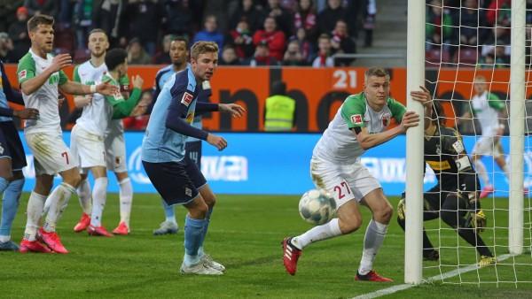 Torchance in der Nachspielzeit: Alfred Finnbogason (FC Augsburg 27) hat den Pfosten im Griff, aber der Ball geht knapp v; Fußball - Bundesliga - FC Augsburg - Finnbogason