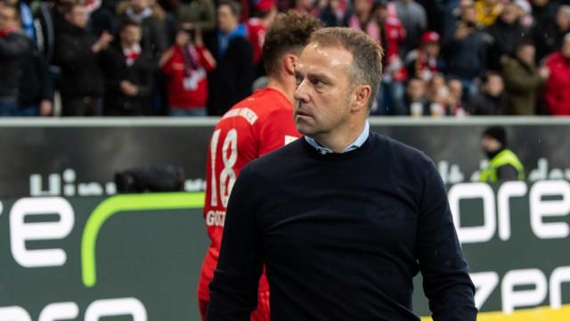 FC Bayern: Trainer Hansi Flick vor der Bayern-Kurve in Hoffenheim