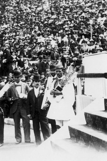 Spiridon Louis vorn Griechenland wird mit anderen griechischen Olympiasiegern bei den ersten Olym