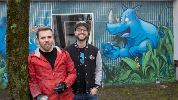Münchner Graffiti-Künstler vor ihrem Atelier in der Donauwörther Straße 51: Robert Posselt (links) und Benjamin Herzberg.