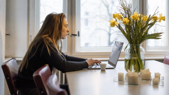 Young woman using laptop on table at home model released Symbolfoto property released PUBLICATIONxIN