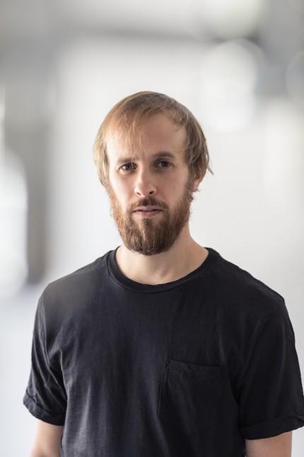 """Porträt: Moritz Ostruschnjak, 37, gilt als """"Hoffnung"""" der Münchner freien Szene. Er begann als Breakdancer und Sprayer."""