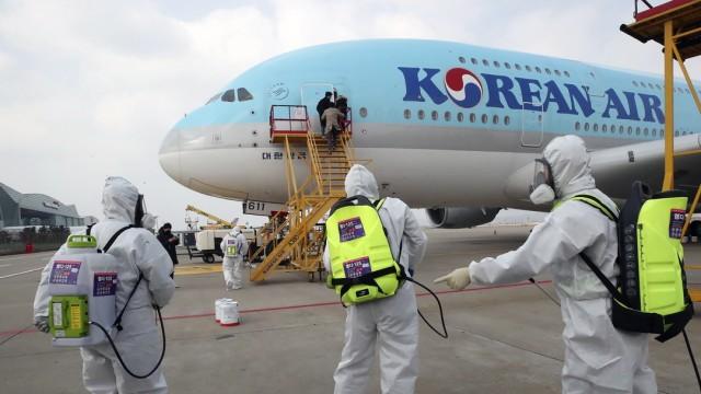 Coronavirus. Desinfektion eines Flugzeugs von Korean Air