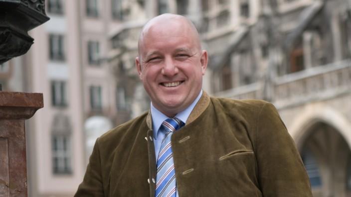 Richard Progl, OB-Kandidat Bayernpartei am Marienplatz vor dem Rathaus