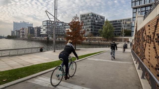 Fahrradweg durch die HafenCity von der Elbphilharmonie; Platz der Deutschen Einheit, über die Ericusspitze und den Lohsepark bis zum Baakenpark.; Hafencity HH