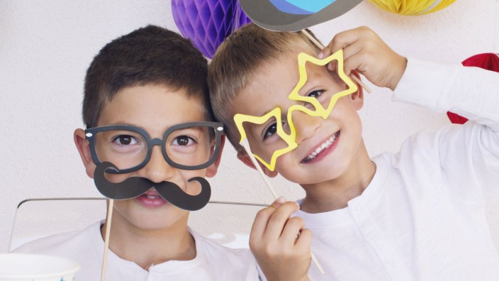 Boys wearing funny disguises at birthday party PUBLICATIONxINxGERxSUIxAUTxONLY Copyright Anne Soph