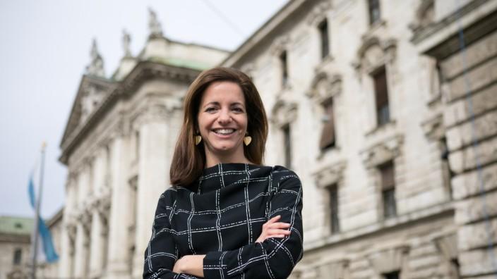 Kristina Frank, OB-Kandidatin der CSU vor dem Justizpalast