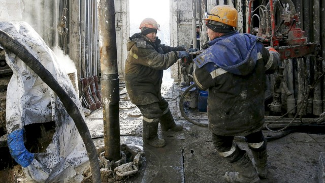 File photo of employees working on a drilling rig at the Rosneft-owned Samotlor oil field outside the West Siberian city of Nizhnevartovsk