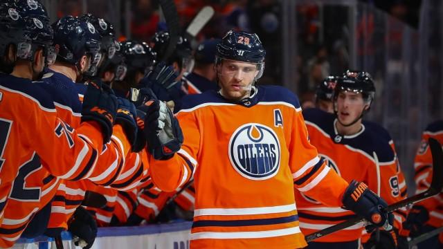 EDMONTON, AB - JANUARY 14: Edmonton Oilers Center Leon Draisaitl (29) celebrates his goal in the second period during t