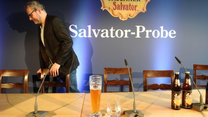 Schauspieler Thomas Limpinsel verlässt die Pressekonferenz zur Salvatorprobe.