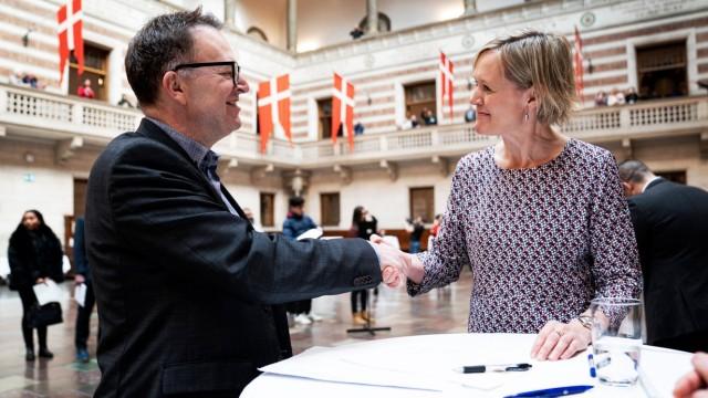 Neil Donovan underskriver erklaeringen og udveksler haandtryk med beskaeftigelses- og integrationsborgmester Cecilia Lon
