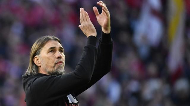 Nach Spielende: Trainer Coach Martin Schmidt FC Augsburg FCA Gestik, Geste bedankt sich bei Fans Zuschauern FC Bayern M