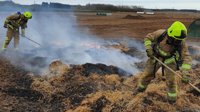 2.Die Feuerwehr North Yorkshire löscht ein Feld. Foto: NorthYorksFire/Twitter