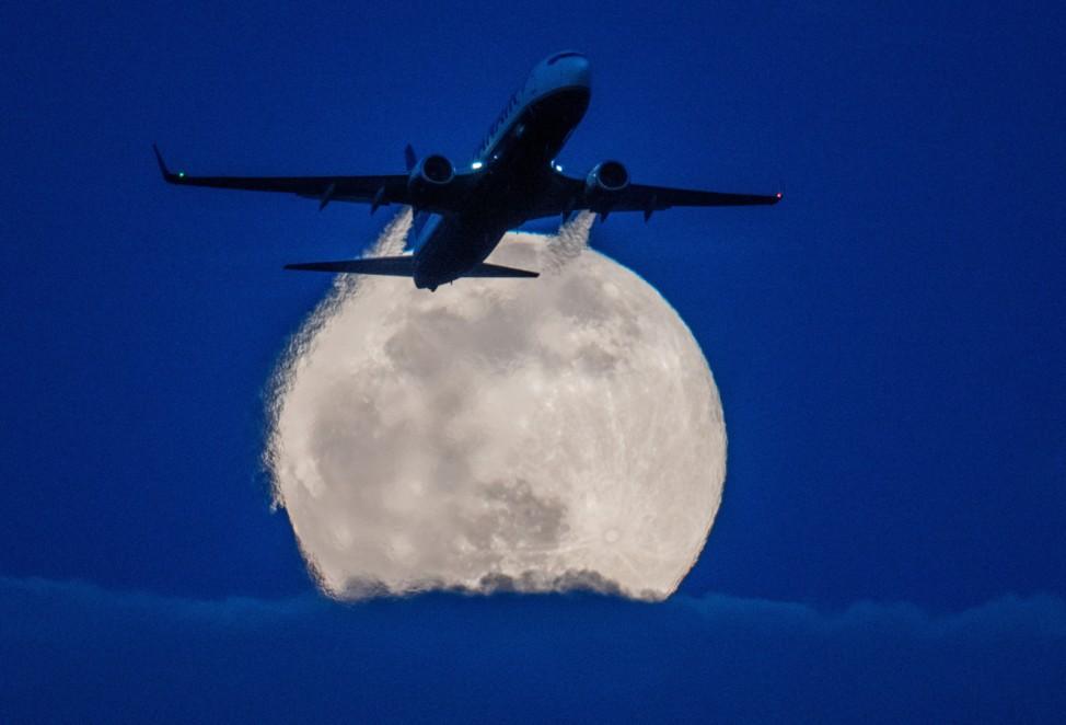 Flugzeug vor dem Mond