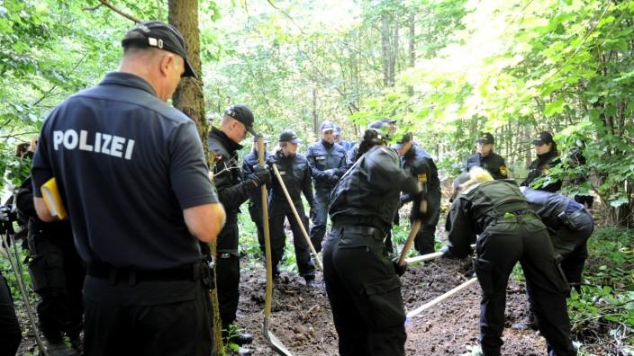 Polizeieinsatz mit über 150 Polizisten in einem Waldgebiet in Waldperlach an der Putzbrunnerstrasse, zwei vermisste Frauen werden dort gesucht.