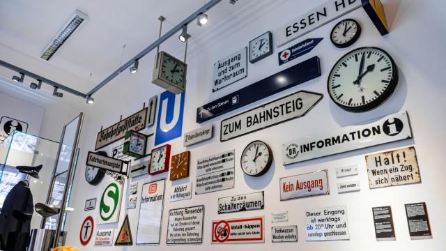 """Bilder aus der Ausstellung """"Bahnhofszeiten"""" zur Besprechung im Mobilen Leben"""