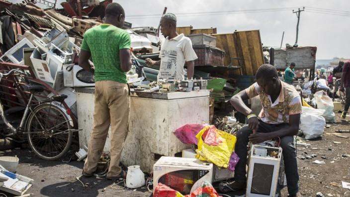 Junge Afrikaner demontieren Sperrmuell und Elektroschrott auf der groessten Elektromuelldeponie in A