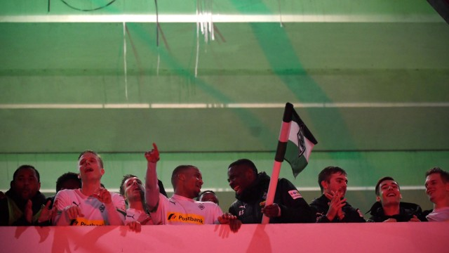 Geisterspiel in Gladbach: Marcus Thuram grüßt die Fans außerhalb des Stadions mit der Eckfahne.