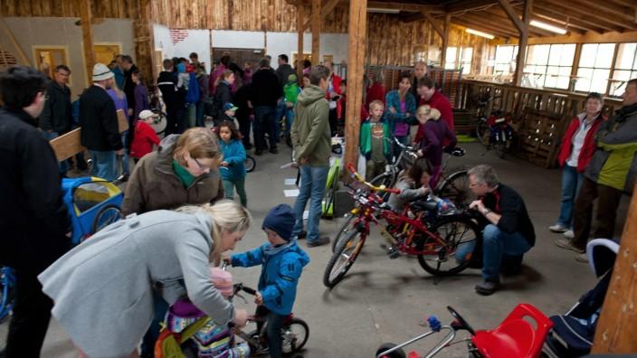 Coronavirus: Der Radlflohmarkt der SPD - hier in der Ebersberger Volksfesthalle - fällt dieses Jahr aus.