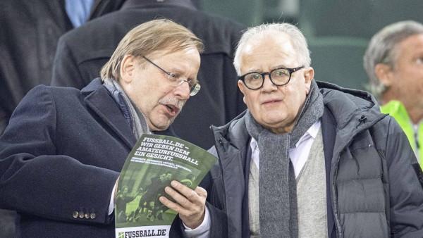 v.l. Dr. Rainer KOCH (GER, DFB Vizepraesident), Fritz KELLER (GER, DFB Praesident), auf der Tribuene, Fussball Laendersp