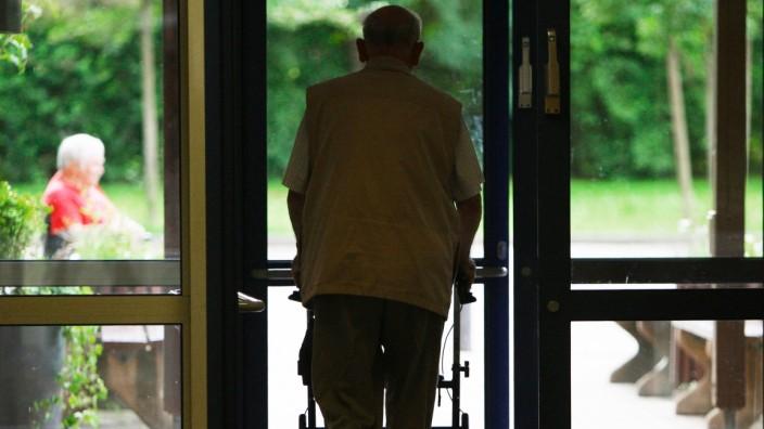 Bayern erlâÄ°sst Besuchsverbot f¸r Pflege- und Altenheime