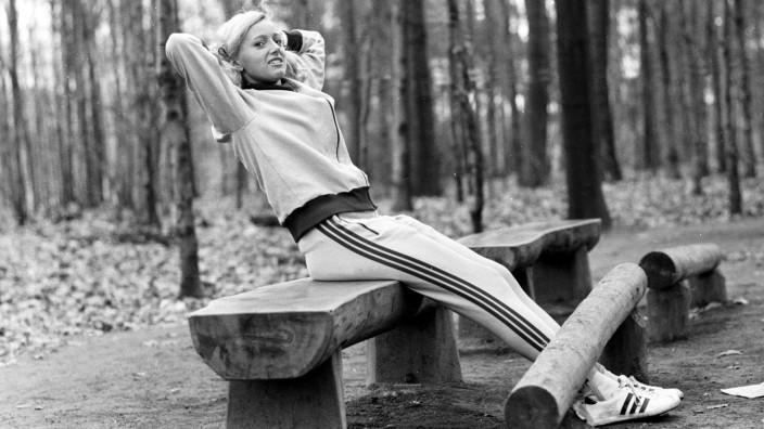 Christa Merten BR Deutschland trainiert auf einem Trimm Dich Pfad im Wald