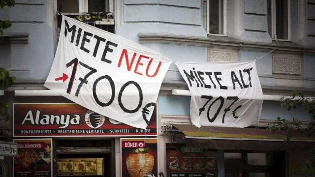 Symbolbild zum Thema Mieterhoehungen im staedtischen Raum Zwei Banner mit der Aufschrift Miete neu