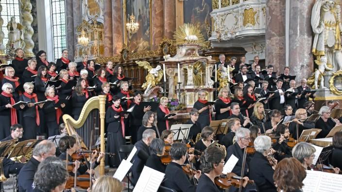 Fürstenfeldbruck: Der Philharmonische Chor bei einer seiner Aufführungen in der Klosterkirche von Fürstenfeldbruck. Ein zweiter Fluchtweg wäre nötig, damit dem Brandschutz Genüge getan würde.