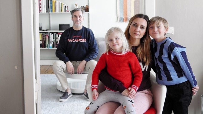 """Familie und Coronavirus: Cornelia Vogt und Bernd Neff mit ihren Kindern in der Wohnung im Prenzlauer Berg: """"Nachts um ein Uhr gehe ich mit Isolierhandschuhen zur Mülltonne und bringe den Müll raus. Das ist dann mein Freigang."""""""