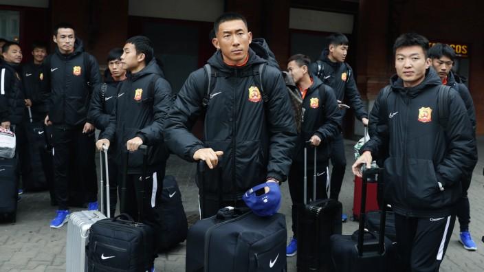 Trainer des FC Wuhan im Interview: Seit Monaten unterwegs: An diesem Wochenende brach das Fußballteam von Wuhan Zall wieder nach China auf - ohne Kenntnis, wo es genau hingeht.