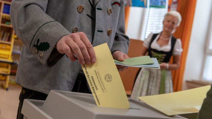Kommunalwahl in Bayern- Trachtler beim Wählen