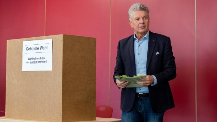 Kommunalwahl in München - Oberbürgermeister Reiter beim Wählen