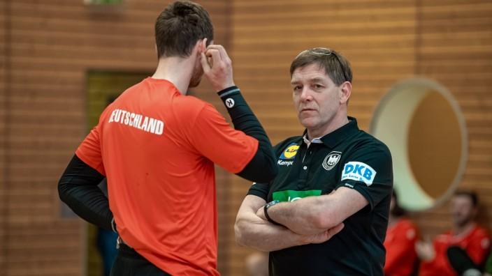 Bundestrainer Alfred Gislason in Einzelgesprächen mit den Spielern DHB - Lehrgang zur Vorbereitung des Länderspiels geg