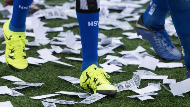 Die Spieler werden waehrend des Einlaufens mit Spielgeld beworfen, Fan, Fans, Zuschauer, Anhaenger, Supporter, Protest,; Fußball Geld Bundesliga HSV Köln
