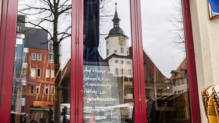 COVID-19 - EINSCHRÄNKUNGEN DES ALLTAGS IN JENA 17/03/2020 - Jena: Das Kartoffelhaus Nr. 1 in Jena weißt mit einem Schil