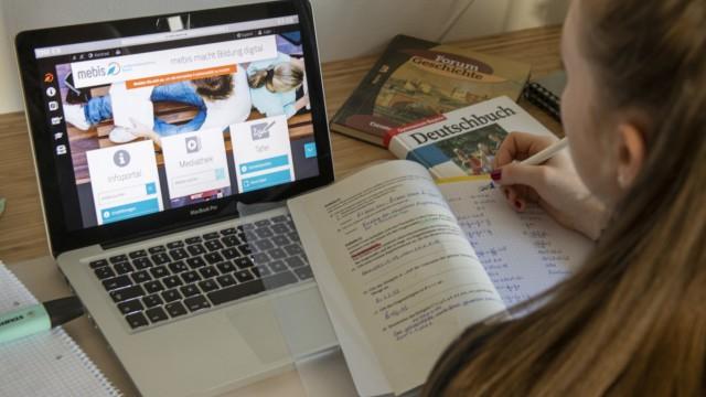 Mebis, Mail und Matheseiten - Wie Schüler trotz Corona lernen