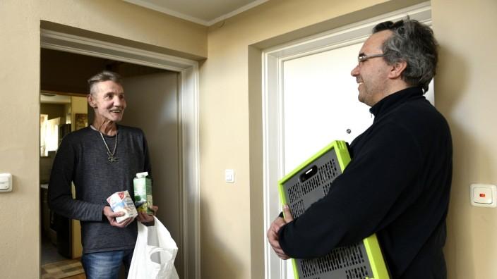 Corona-Krise: Kleine Besorgung, große Hilfe: Dieter Rothkegel (links) gehört zur Corona-Risikogruppe, er dankt Andreas Braunmiller für den Einkauf.