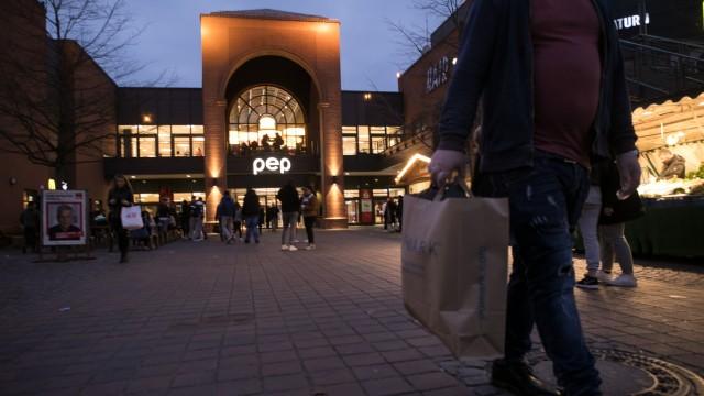 Vor dem Einkaufszentrum pep, Neuperlach