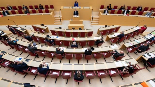 Die erste Reihe roter Stühle ist vollkommen leer, nur etwa 40 der rund 200 Abgeordneten sitzen weit verstreut.