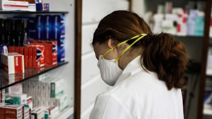 Sofortmaï¬'nahmen zur BekâÄ°mpfung des Coronavirus durch Fern- und Off-Store-Handel in Athen, Griechenland. Im Bild: VerkâÄ°uf
