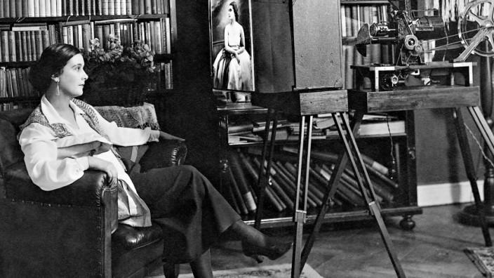 Lil Dagover vor ihrem Heimkino, 1928