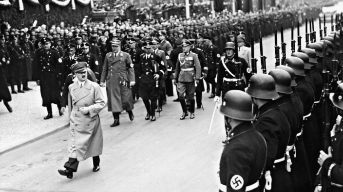 Adolf Hitler auf dem Weg zur Reichstagssitzung in der Berliner Krolloper, 1938
